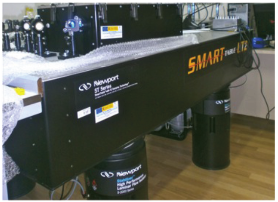 Espectrómetro Montado Sobre Una Mesa Antivibratoria